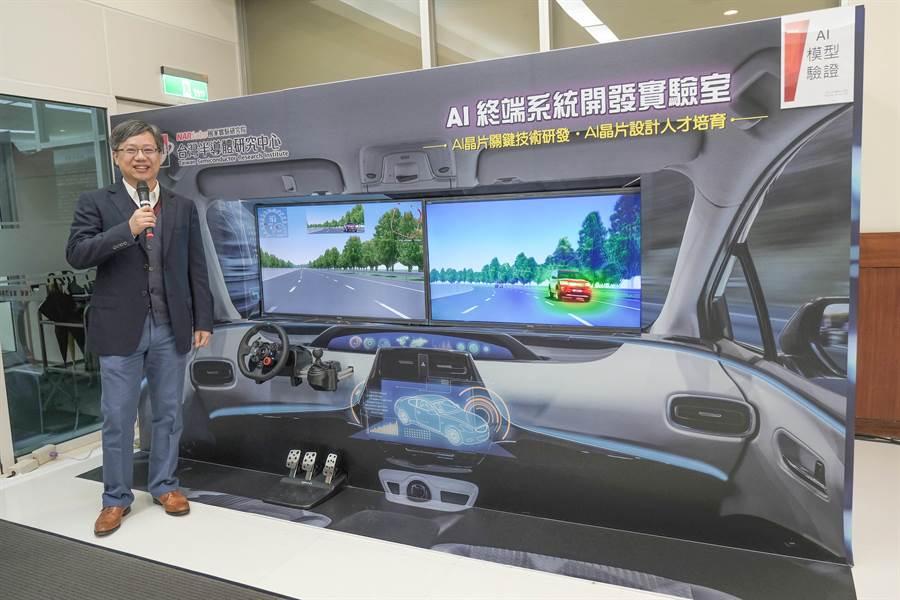 台灣半導體研究中心設計服務組副組長陳麒旭,指超車警示系統經驗證可在3秒前,警示駕駛人後方來車(圖右)超車。(羅浚濱攝)