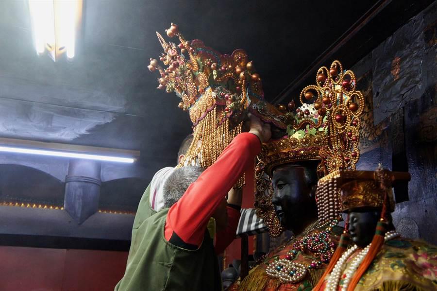 田中乾德宮媽祖的鳳冠鬆脫,經鎮長洪麗娜擲筊媽祖才同意讓委員們動手整冠。(鐘武達翻攝)