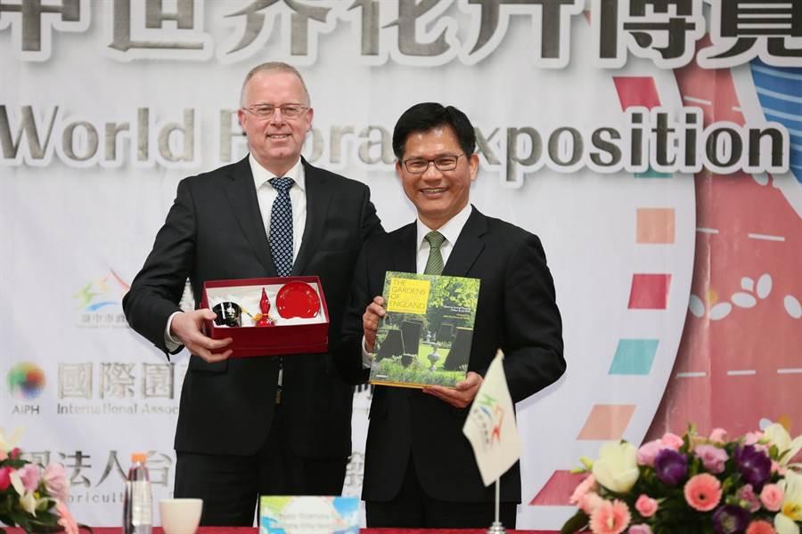 前台中市長林佳龍(右)與台中市政府與國際園藝生產者協會AIPH及財團法人台灣區花卉發展協會,在后里馬場舉行簽約儀式。(盧金足攝,資料照片)