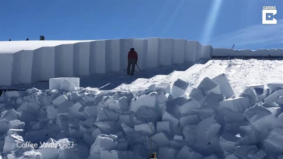 工作人員正在清理商店屋頂上的超厚積雪(圖/翻攝自影片)