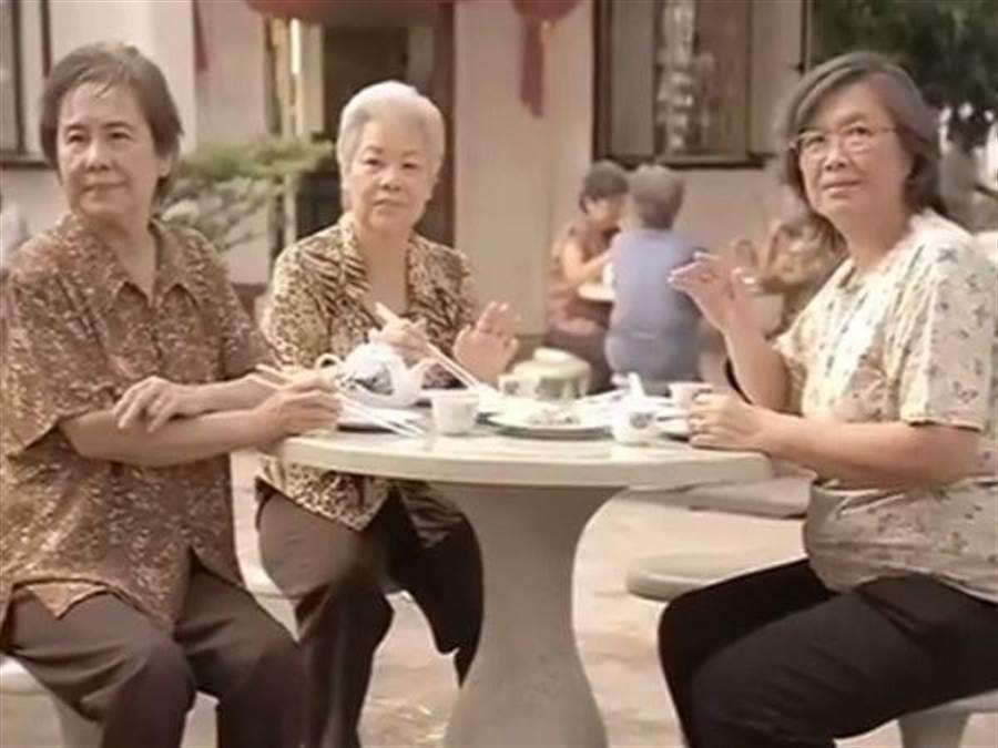 老母親們難掩落寞(圖片截自Youtube)