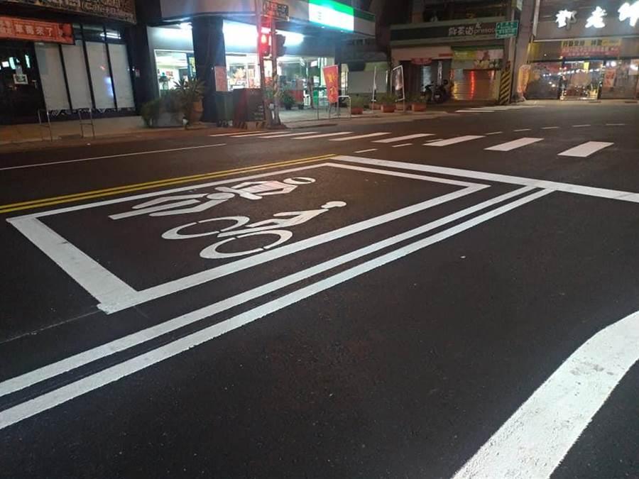 網友PO出高雄鳳山青年路的路面照片,用路人超有感,竟說現在才體會什麼才是日本道路。(圖/翻攝臉書)