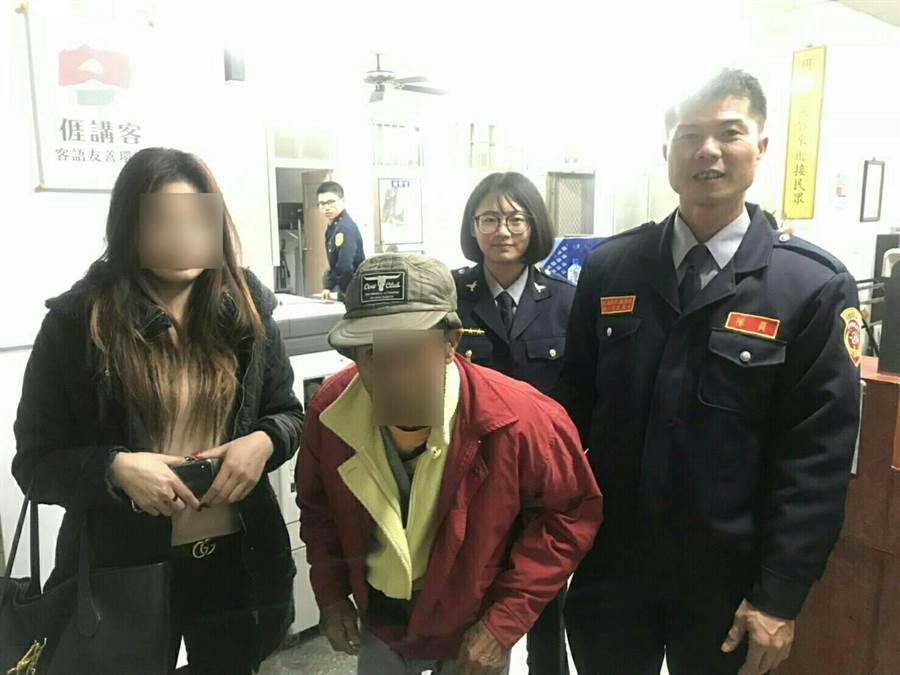 警方發現將迷路老翁帶回分駐所休息,順利通知家屬帶回。(何冠嫻翻攝)