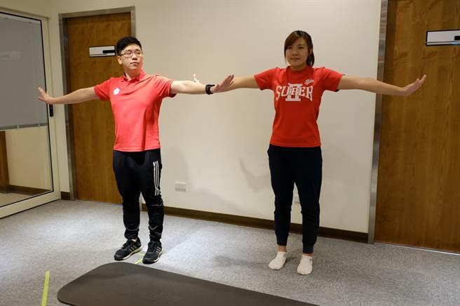 肩部往側邊的繞環運動,可以改善肩膀不適,注意頭不能前傾,胸部朝正前方,將兩個手掌朝向側邊,以手掌當作圓規,肩膀當作圓心,順時鐘與逆時鐘各轉5-10次。(壢新醫院提供)