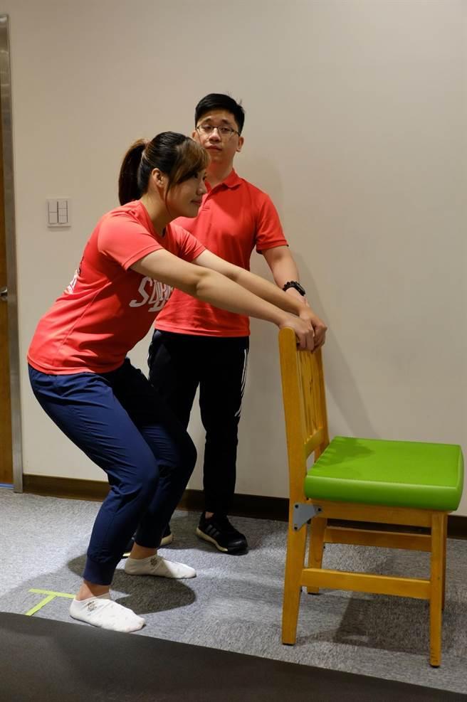 過年期間長時間坐著看電視,屁股愈來愈大,利用膝蓋微彎,把背伸直,屁股往後推一點點,想像屁股後方有一條椅子然後坐下去,然後屁股往前推,完成整個動作。(壢新醫院提供)