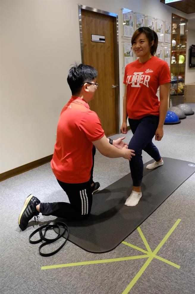 膝蓋環繞運動,身體保持弓箭步,身體挺直,眼睛看正前方,別讓腳掌離地,將前腿膝蓋以順時鐘方向畫園,約5-10次然後換腳,有助於久坐或是減緩退化性關節炎患者的疼痛。(壢新醫院提供)