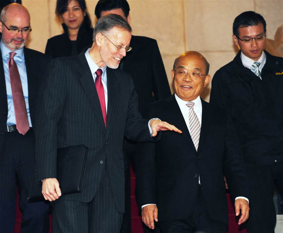 行政院長蘇貞昌(前右)1日在行政院,接見美國在台協會(AIT)處長酈英傑(William Brent Christensen)(前左),兩人一起從大廳樓梯走下來與媒體見面。(中央社)