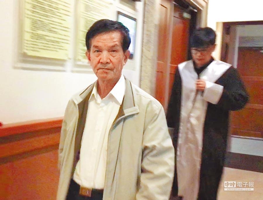 嘉義市議員廖天隆(左)賄選被起訴,出庭認罪,並謝謝大家關心。(廖素慧攝)