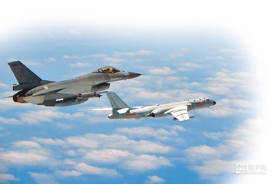 2018年5月11日,大陸軍機轟-6K(右)繞台,我F-16戰機(左)升空監控。(空軍司令部提供)