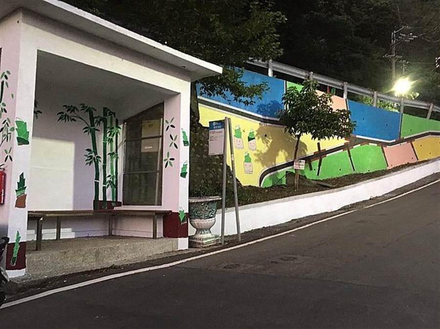 公車亭及擋土牆 藝術彩繪。(新北市農業局提供)