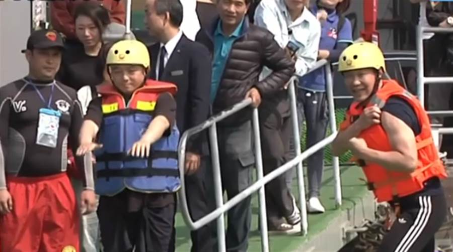 ▲潘恆旭和鍾小平等人試跳愛河。(圖/取自中天新聞CH52)