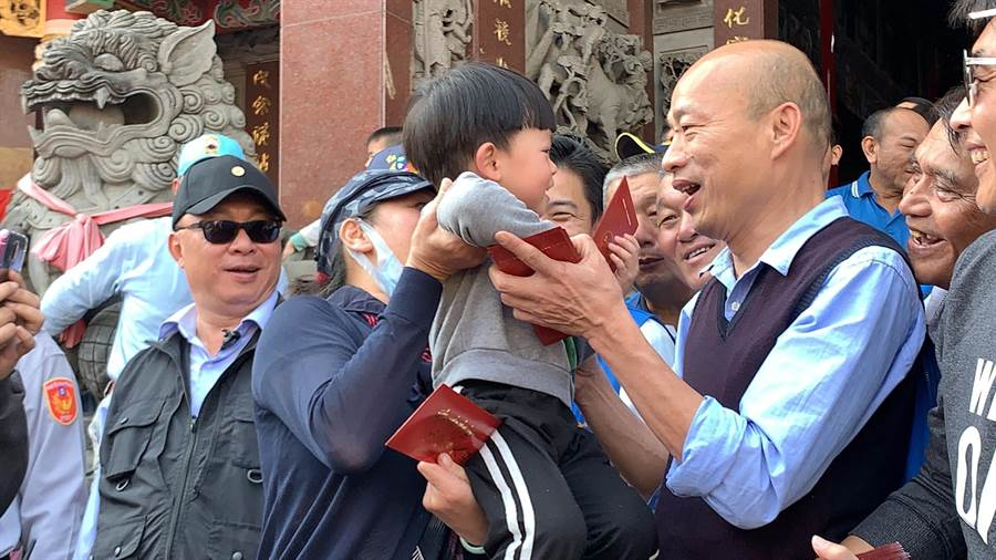高雄市長韓國瑜發紅包,受到熱烈歡迎。(柯宗緯攝)