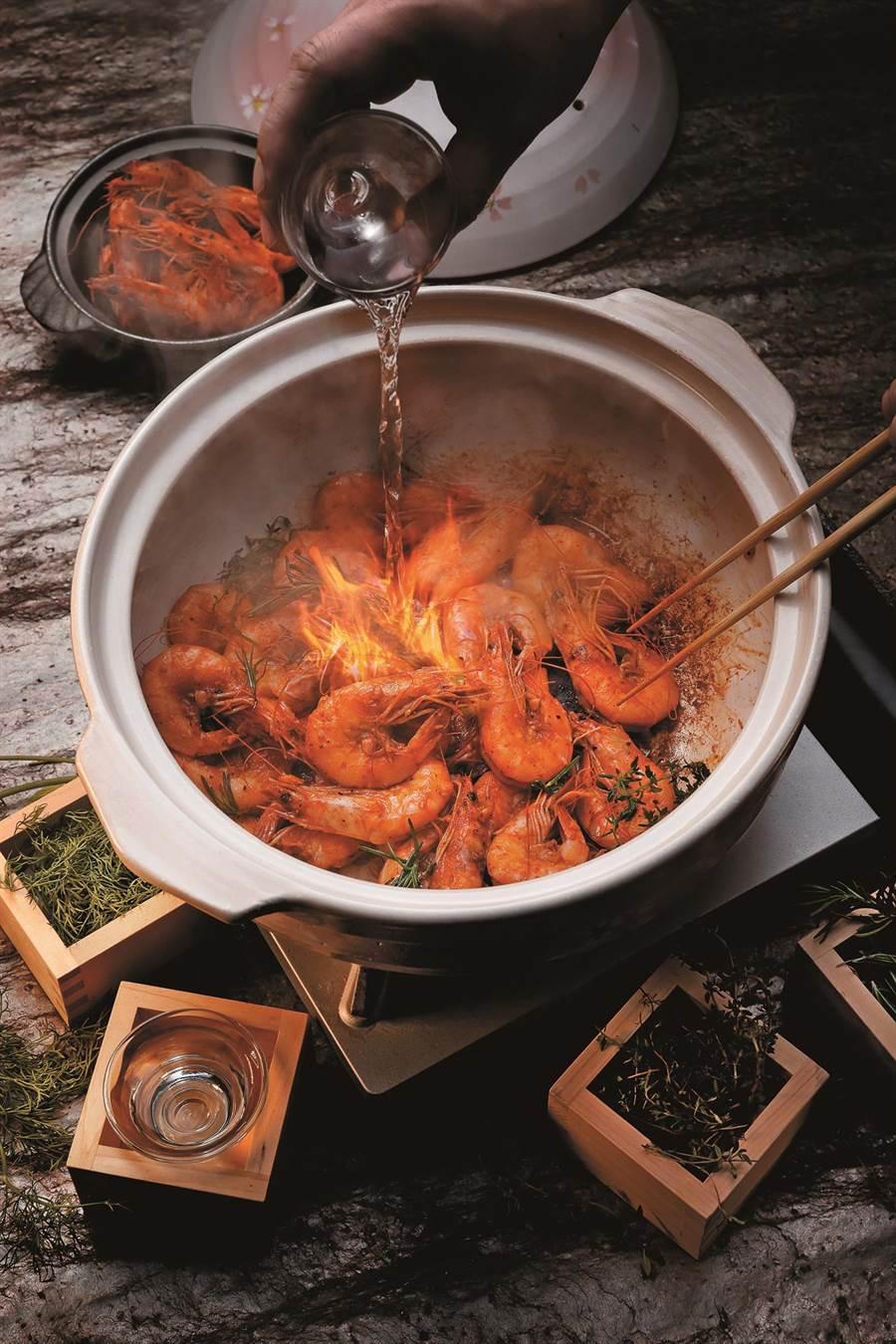展演料理「埋火鮮蝦豐饒香草」由專人現場示範講解,令饕客大飽眼福。(圖片提供/欣葉日本料理)