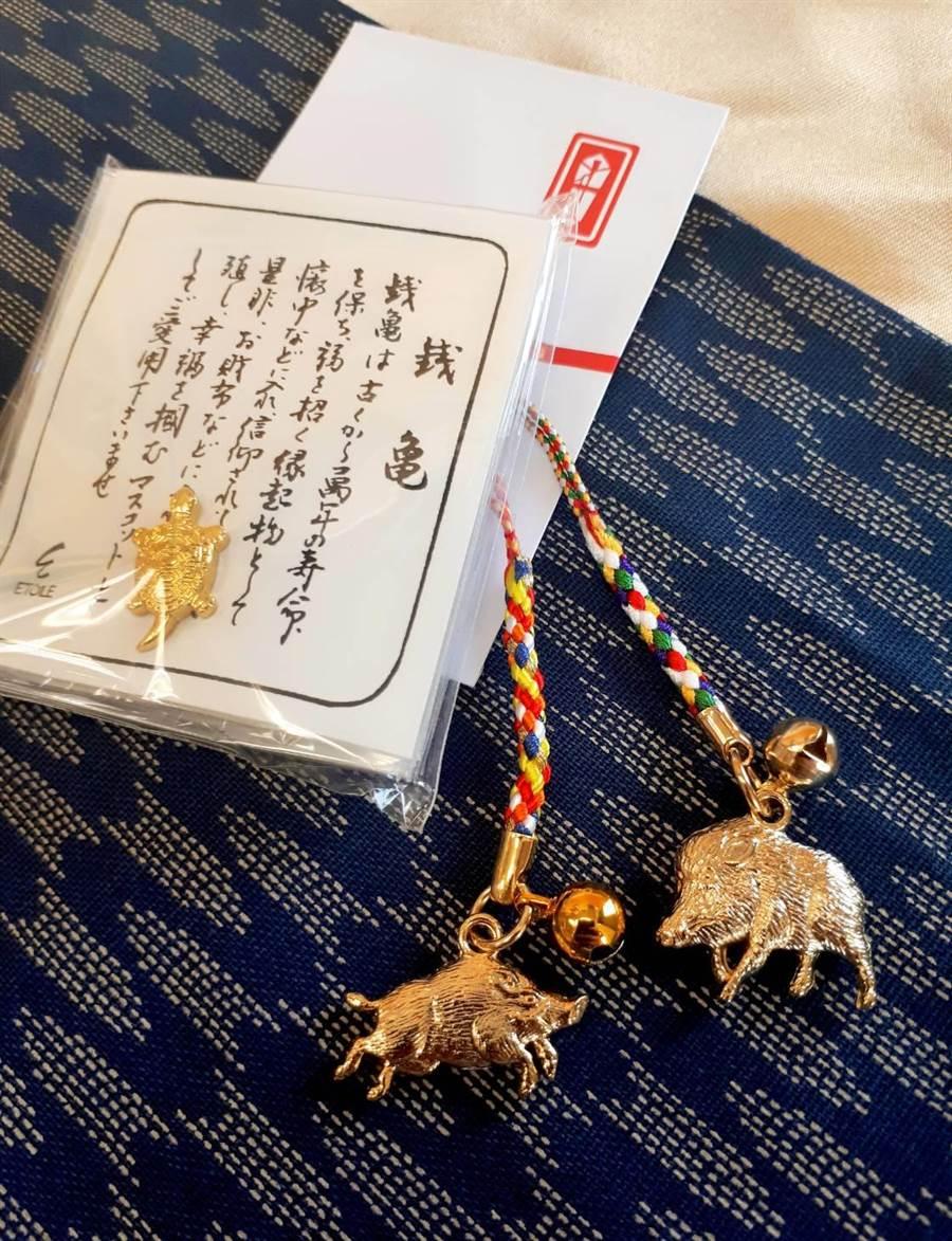 當月壽星來店用餐可免費獲得扭蛋代幣乙枚,金色「野豬開運根付」有消災解厄寓意。(圖片提供/欣葉日本料理)