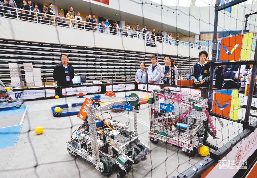 名校畢業生到基層、西部就業的人數逐年增多,圖為2018年11月,上海交大上演機器人大賽。(新華社)