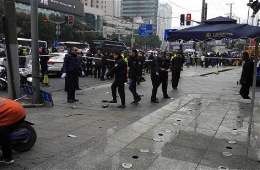 台胞旅行團上海街道遭車撞擊,現場一片狼藉。(讀者提供)