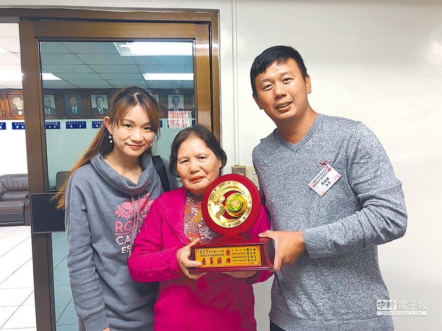 簡旭佑(右)在「農業創新經驗發表競賽」獲得亞軍,妻子和母親與有榮焉。(蔡依珍攝)