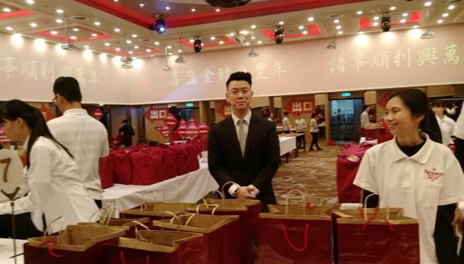 福華公關主任陳正平(中)在現場招呼客人。圖:張佩芬