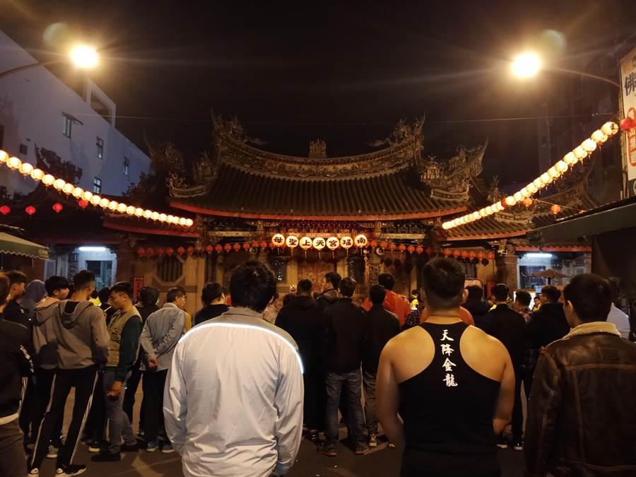 彰化市南瑤宮搶頭香活動吸引大批民眾聚集守候在廟門外。(謝瓊雲攝)