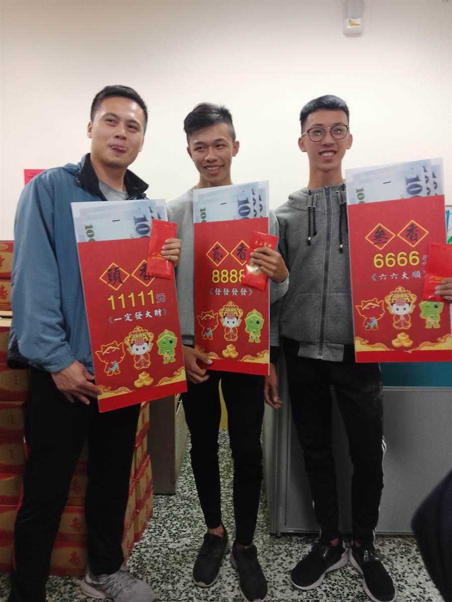 今年搶得前三名的年輕男士林忠億(左起)、黃品憲和黃雍智,被廟方大讚年輕顏值又很高。(謝瓊雲攝)