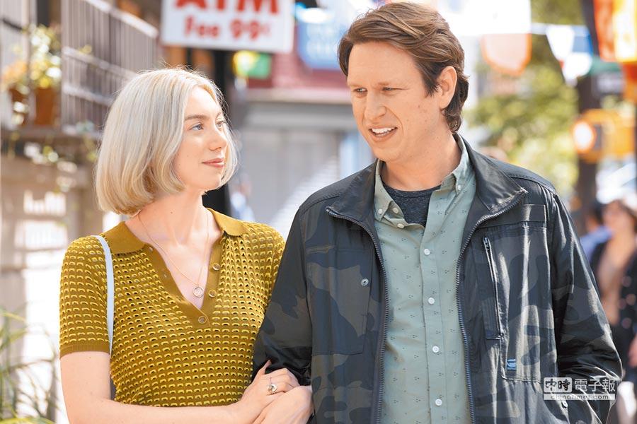 彼特荷姆斯(右)與瑪德琳懷斯在戲中因工作關係互有好感。(HBO提供)