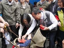 蔡英文八德發福袋 逾3千人擠爆廟前廣場