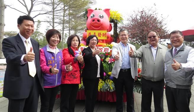 王惠美(中)與來賓都稱讚花在彰化活動很精彩。(鐘武達攝)