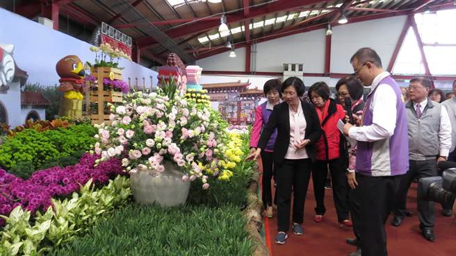 王惠美等人參觀花卉主題館,流連花海。(鐘武達攝)