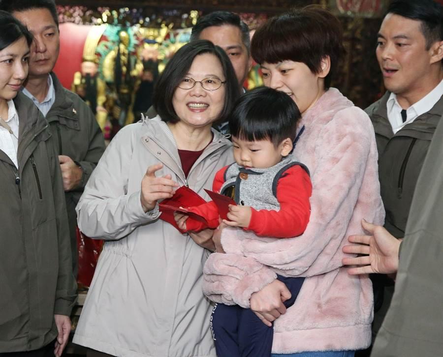 蔡英文總統大年初一到北市大同區覺修宮發送新年福袋,受到排隊民眾熱烈歡迎索取紅包。(王英豪攝)