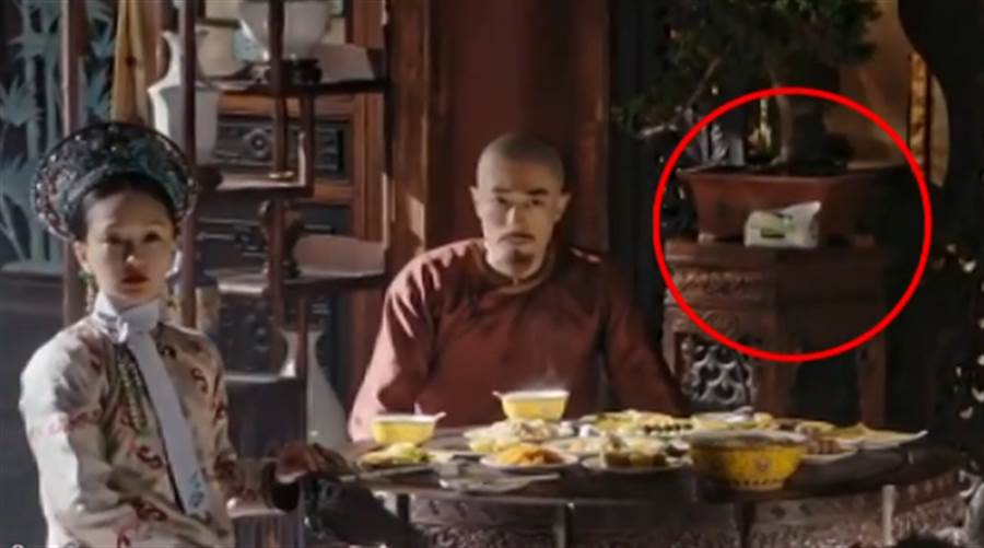 ▲《如懿傳》中用餐鏡頭出現一包抽取式衛生紙。(圖/取自中天新聞CH52)