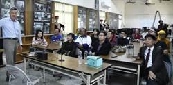 雲南媒體春節探訪屏東里港 和雲南鄉親話家常