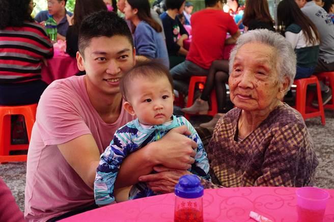 高齡101歲的張楊嬌娥(右)與9個月大的玄孫張紘睿(中)五代同堂。(王文吉攝)