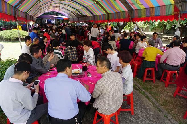 太平張家席開60桌宴請近600位親友「回娘家」,場面盛大熱鬧。(王文吉攝)