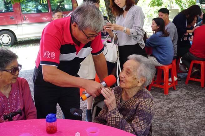 「我屬羊啦!」高齡101歲的張楊嬌娥(右)忘了自己年紀,只記得生肖。(王文吉攝)
