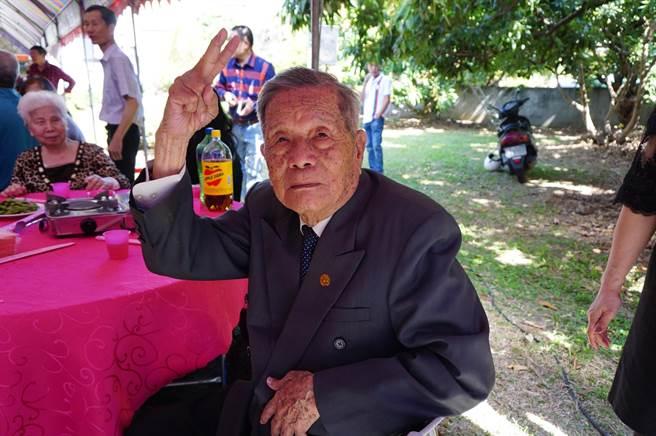 97歲張連慶是張家最年長的男性。(王文吉攝)