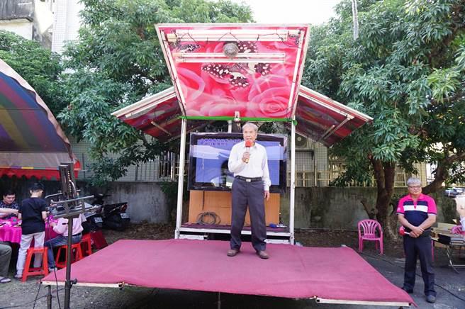 現場搭設小舞台,85歲張連陞高唱《北國之春》。(王文吉攝)