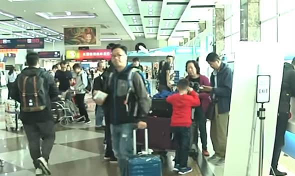 ▲高雄小港機場大廳旅客比往年多。(圖/取自中天新聞CH52)