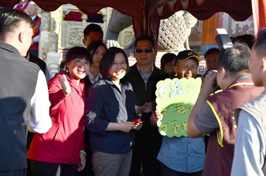 蔡英文在埔里媽祖廟發福袋,支持者興奮舉標語打氣。(沈揮勝攝)