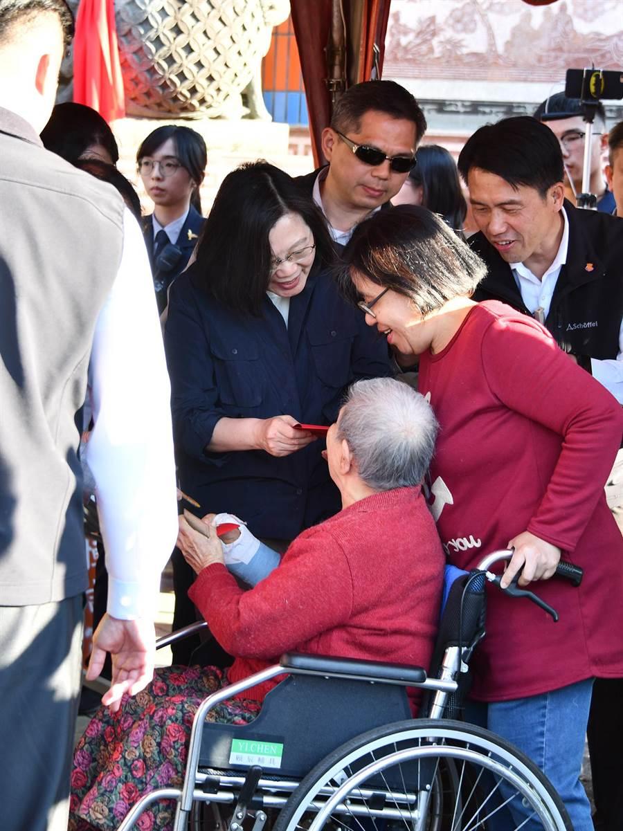 總統蔡英文在大年初三傍晚,前往埔里恒吉宮媽祖廟發福袋,隊伍中不乏行動不便的長者。(沈揮勝攝)
