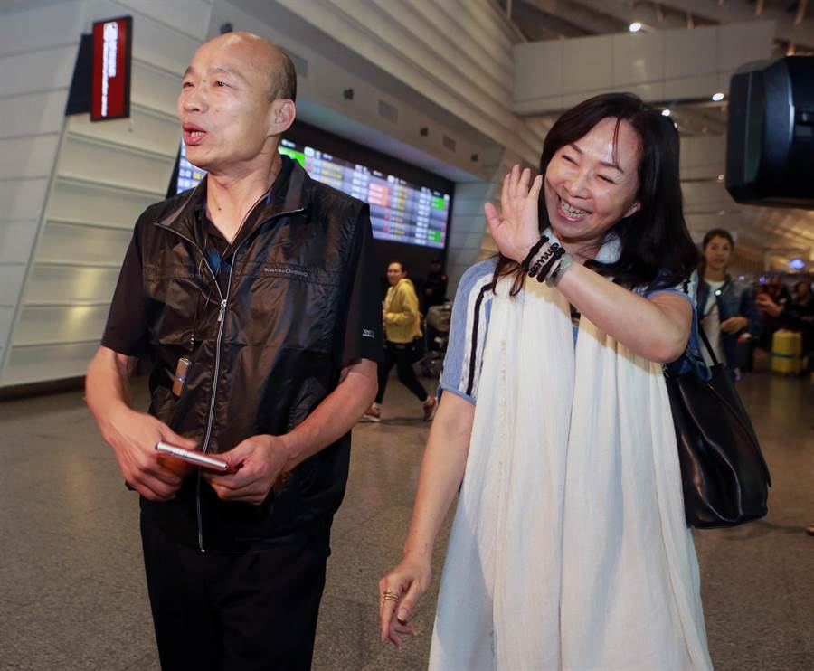 高雄市長韓國瑜結束在峇里島春節休假的行程,一家人在7日晚間返抵國門。(陳麒全攝)