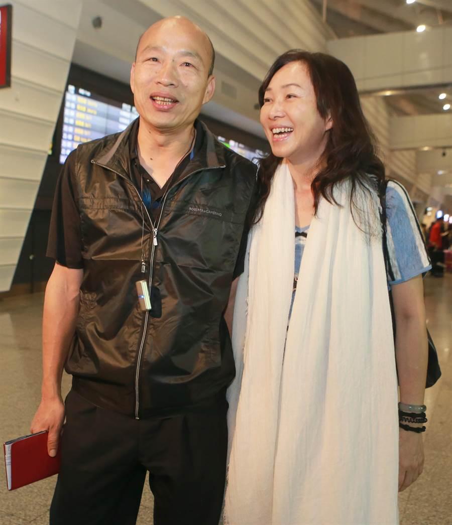 高雄市長韓國瑜結束在峇里島春節休假的行程,與夫人李佳芬返台。(陳麒全攝)