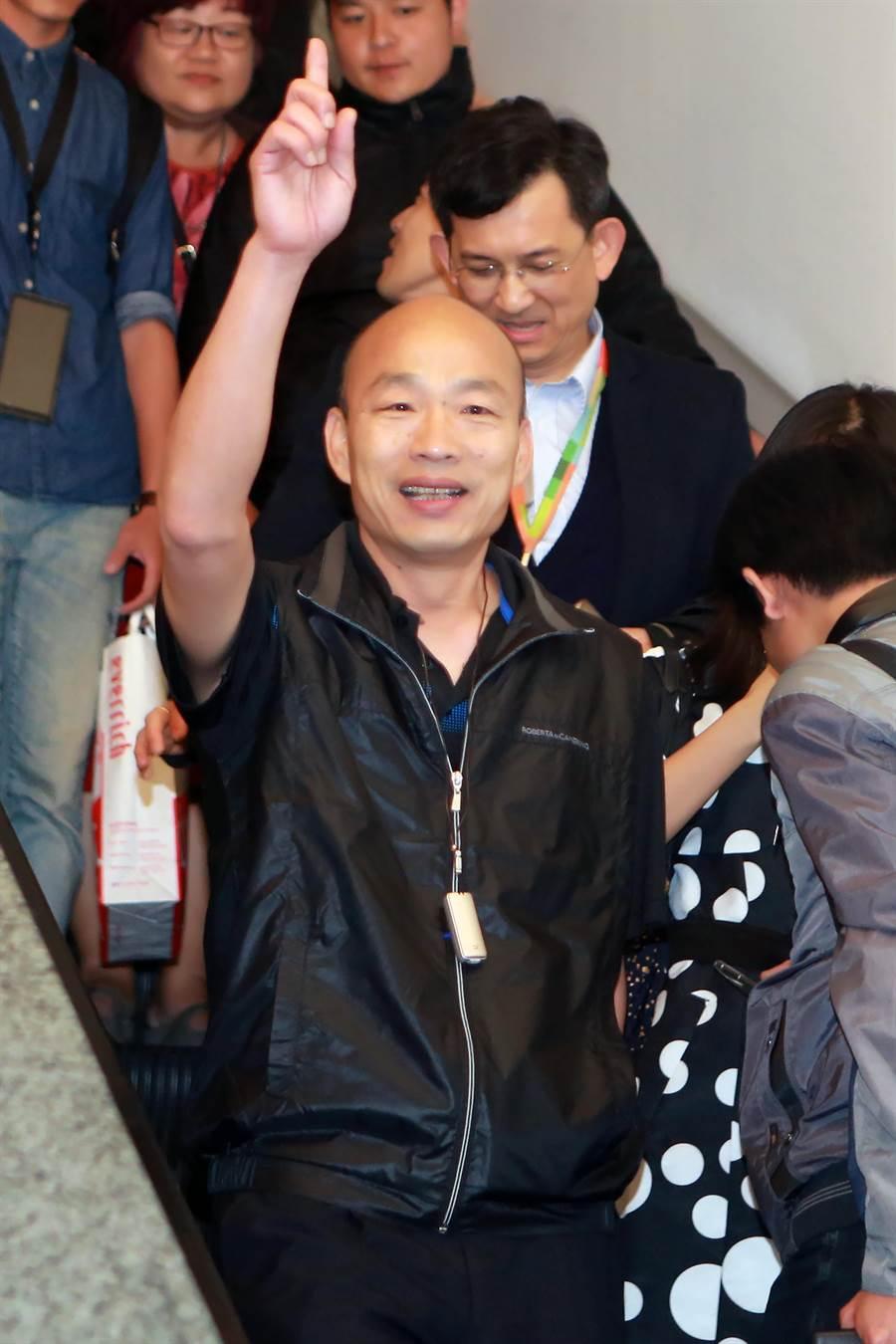 高雄市長韓國瑜結束休假行程,於今天晚間返台,他表示,這幾天利用自己的假期、陪著家人出國放鬆一下,感覺體力比較恢復;對於部分人的酸言酸語,他認為「的確很無聊」。(陳麒全攝)