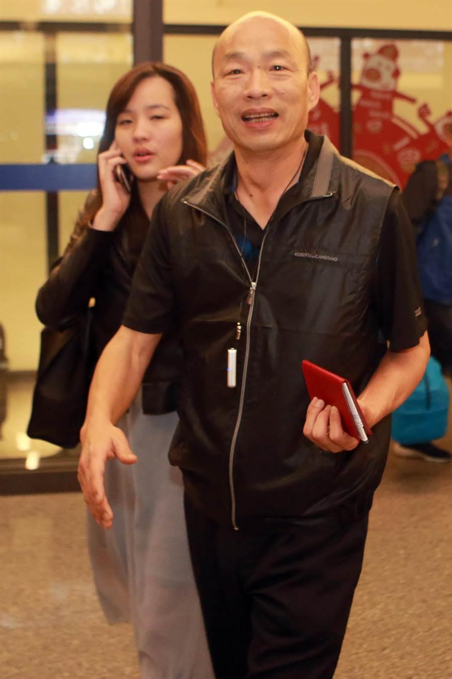 高雄市長韓國瑜結束休假行程,於今天晚間返台,他表示,這幾天利用自己的假期、陪著家人出國放鬆一下,感覺體力比較恢復;對於部分人的酸言酸語,他認為「的確很無聊」。(陳麒全攝