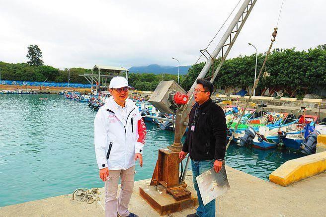 下罟子漁港缷魚吊臂走火損毀,新北市農業局長至現場指示儘速修復。(新北市漁業處提供)