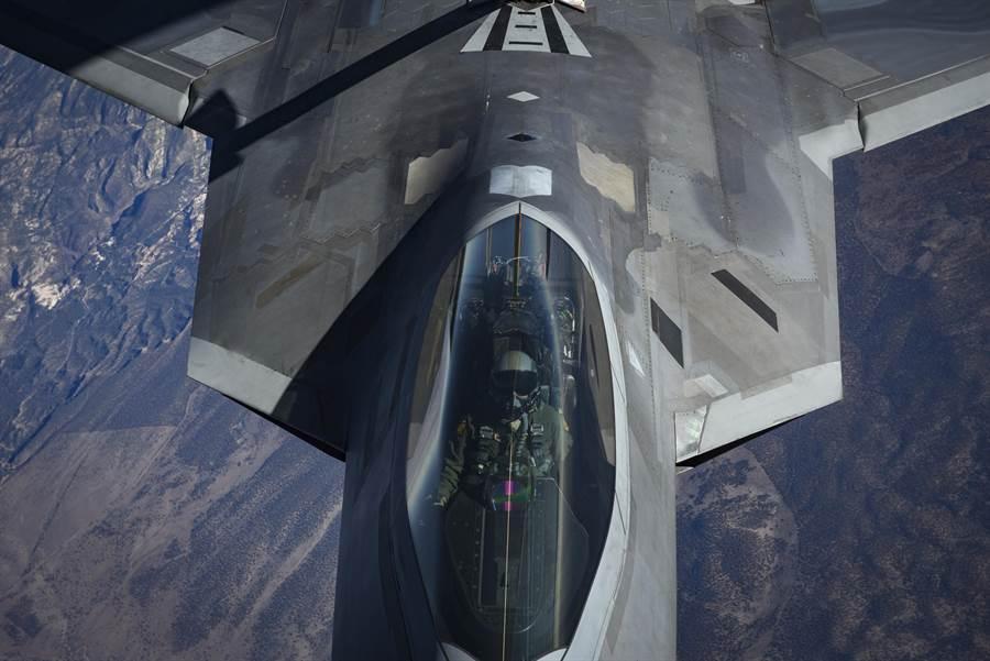 美國空軍F-22隱形戰機駕駛艙內零件更換,使用3D列印技術來節約成本與縮短維修時間。圖為美軍F-22戰機。(圖/美國空軍)