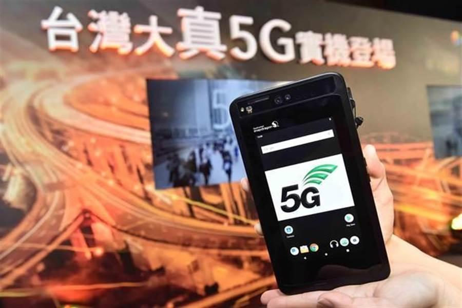 台灣大哥大在「真5G」實機登場記者會中,秀出全台首次亮相的5G測試機。(圖/台灣大哥大提供)