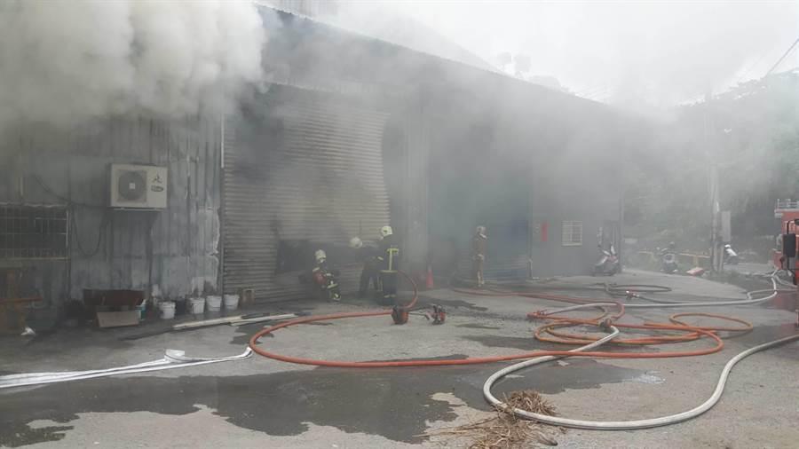 新北八里連棟3工廠大火全面燃燒,消防隊搶救中。(吳家詮翻攝)