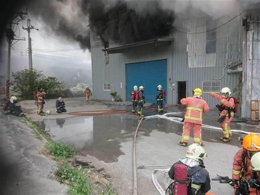 八里工廠火警,消防人員到場搶救。(王揚傑翻攝)
