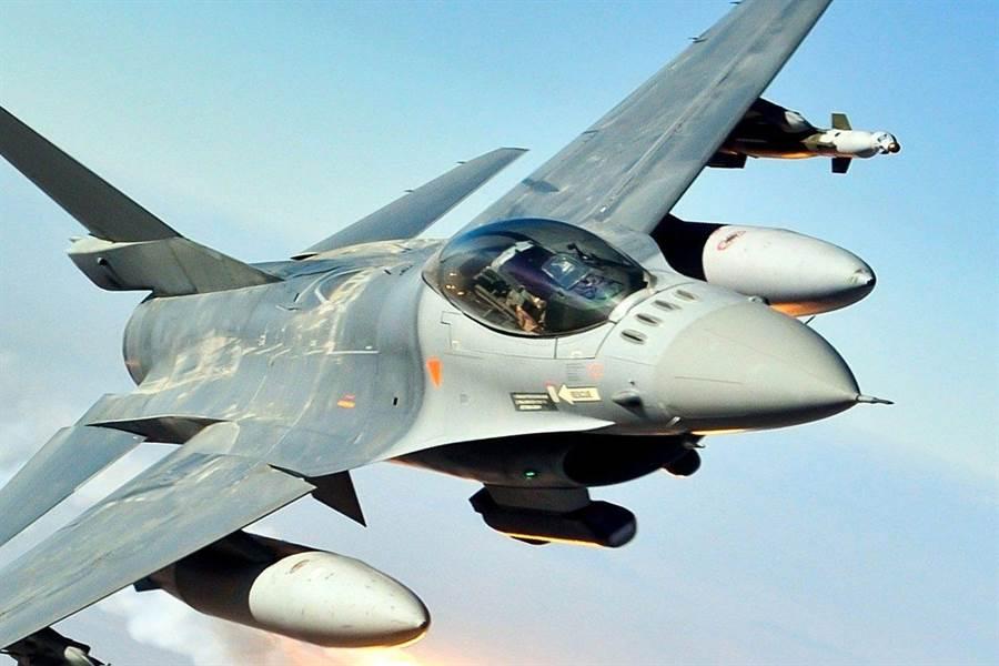 巴基斯坦向美國購買的洛馬公司F-16C/D戰機,同時進行與我空軍F-16相同的先進光電標定莢艙升級。(圖/洛馬公司)