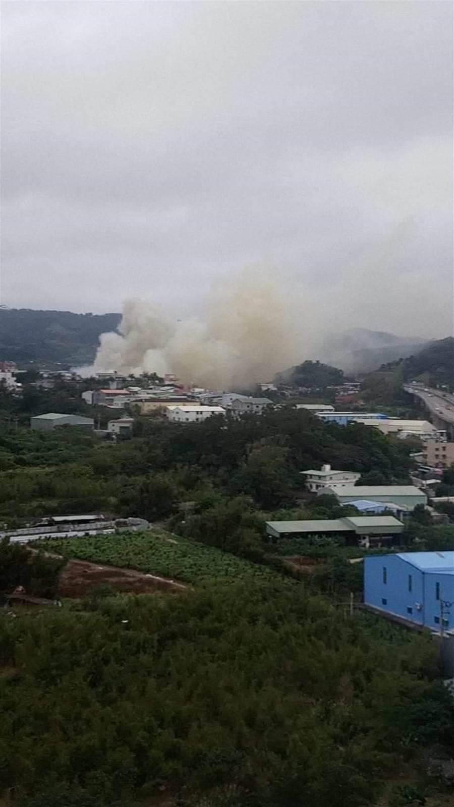 八里工廠火警,從遠處看到工廠上空濃煙密佈。(圖/八里社團))